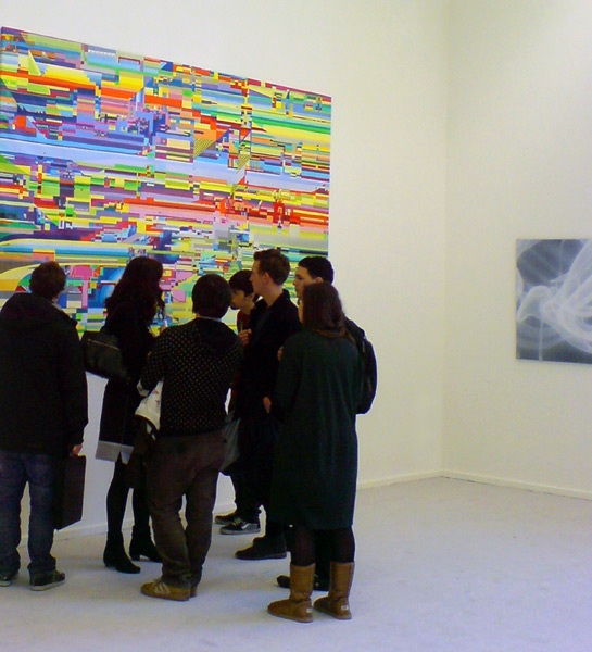 Künstlerin Prof. Karin Kneffel mit Ihrer Klasse während der ADBK Ausstellung